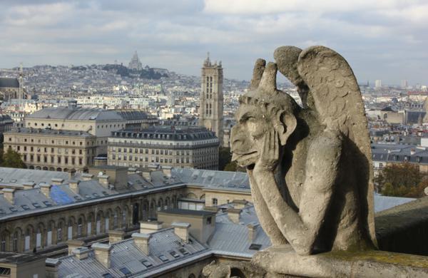 Figur am Turm der Kathedrale Notre Dame in Paris