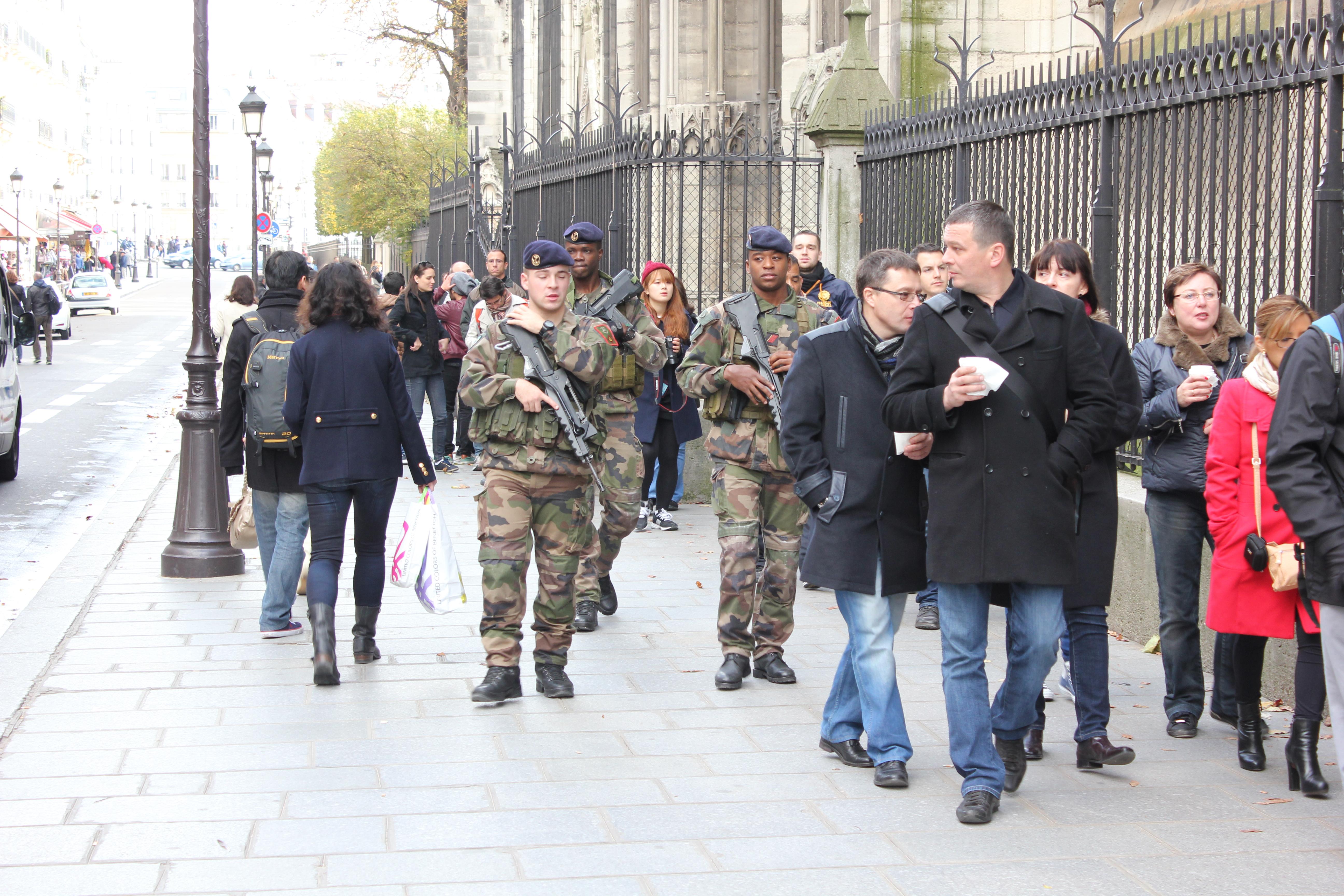 Polizei patroulliert durch Paris © Karin Lachmann