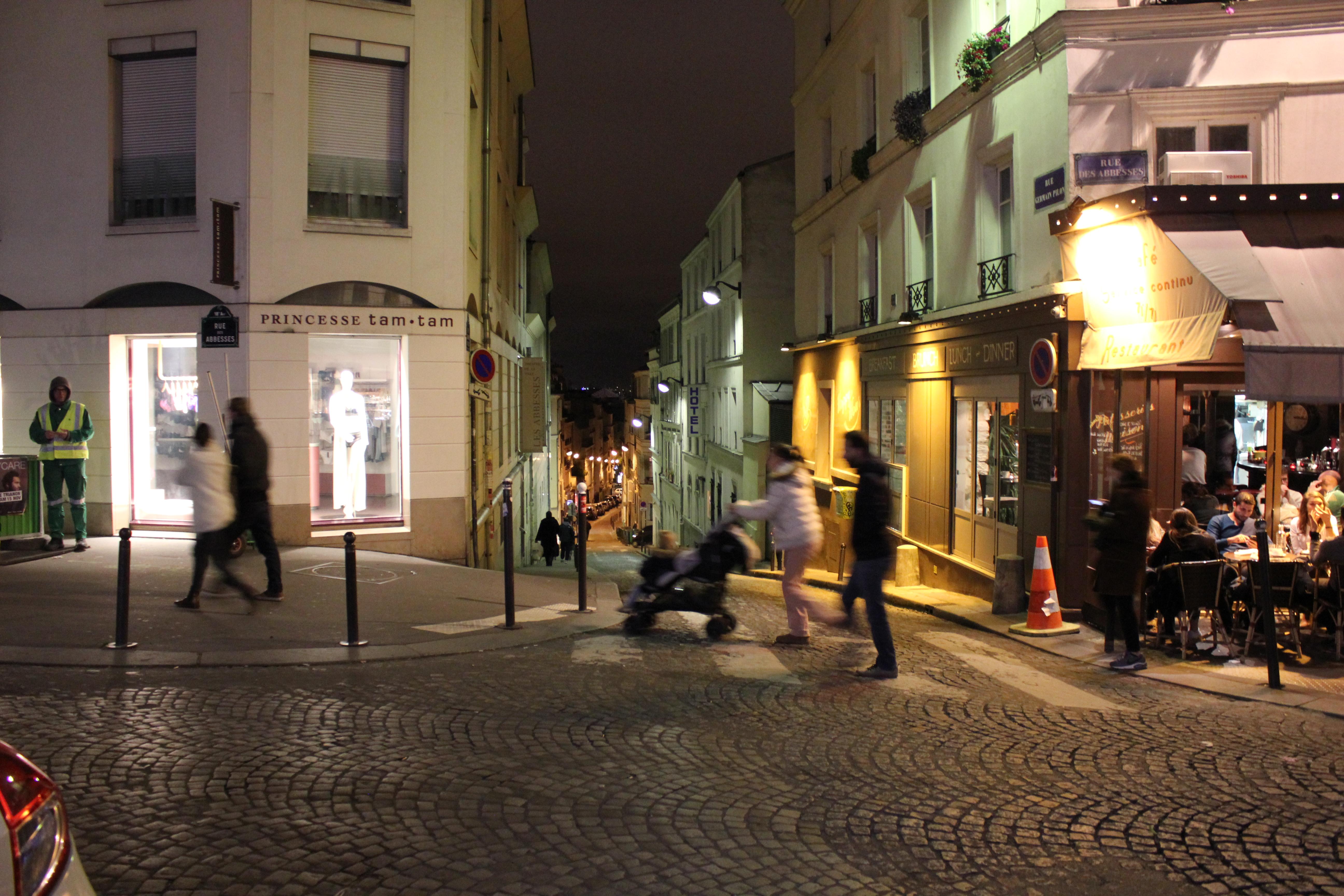 Straßenszene-Paris-bei-Nacht