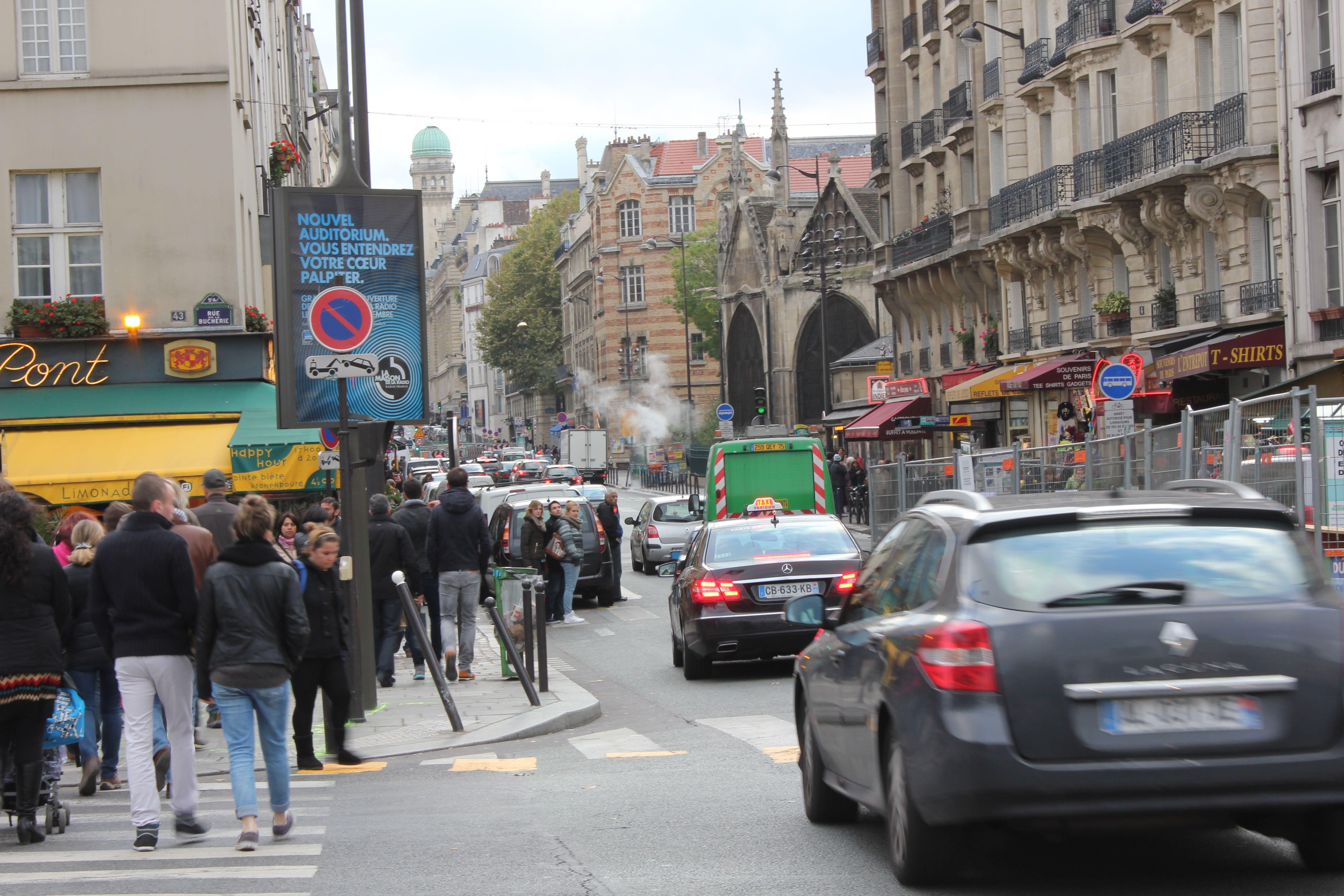 Straßenszene-in-Paris