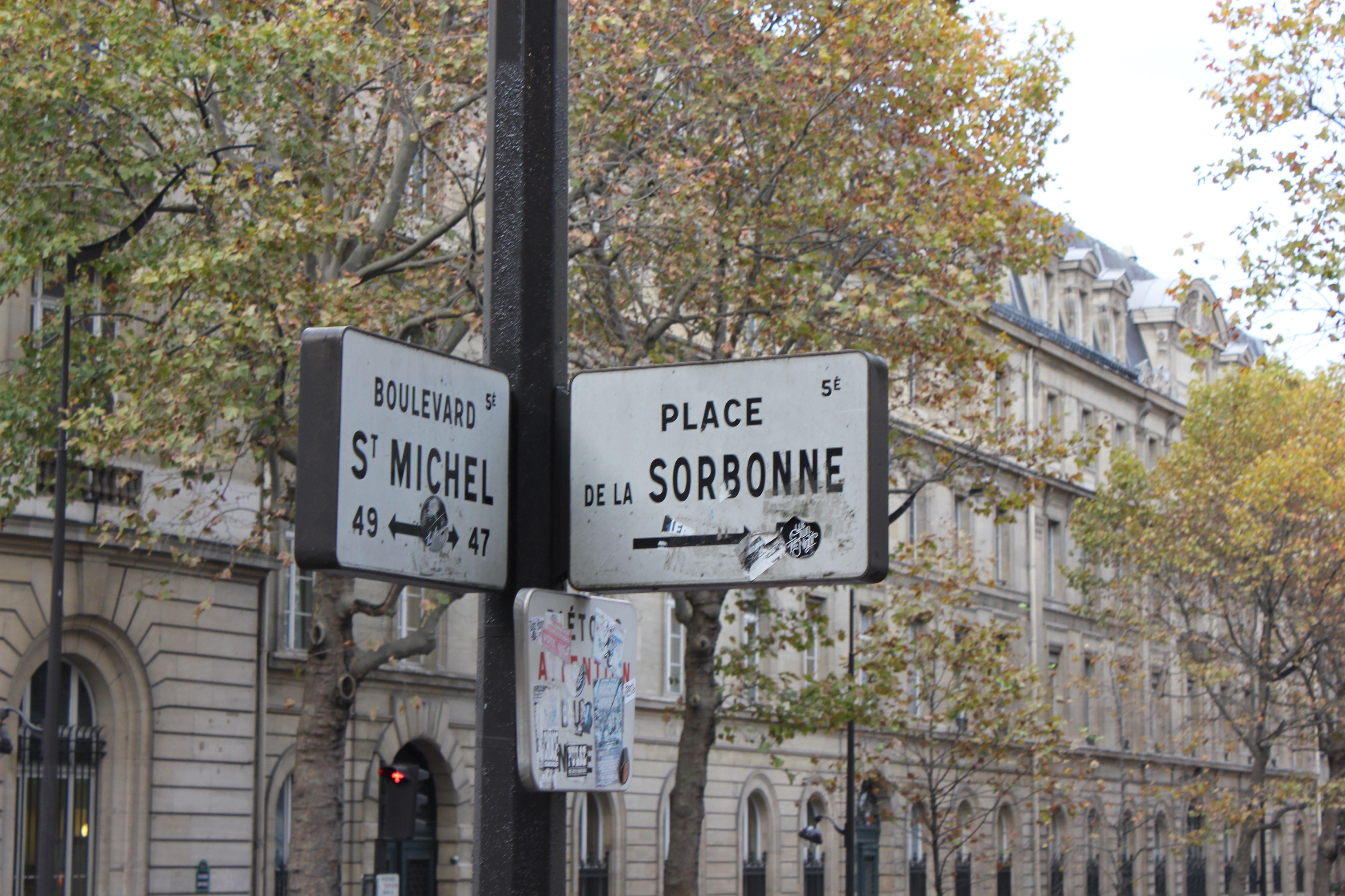 Straßenschild-in-Paris