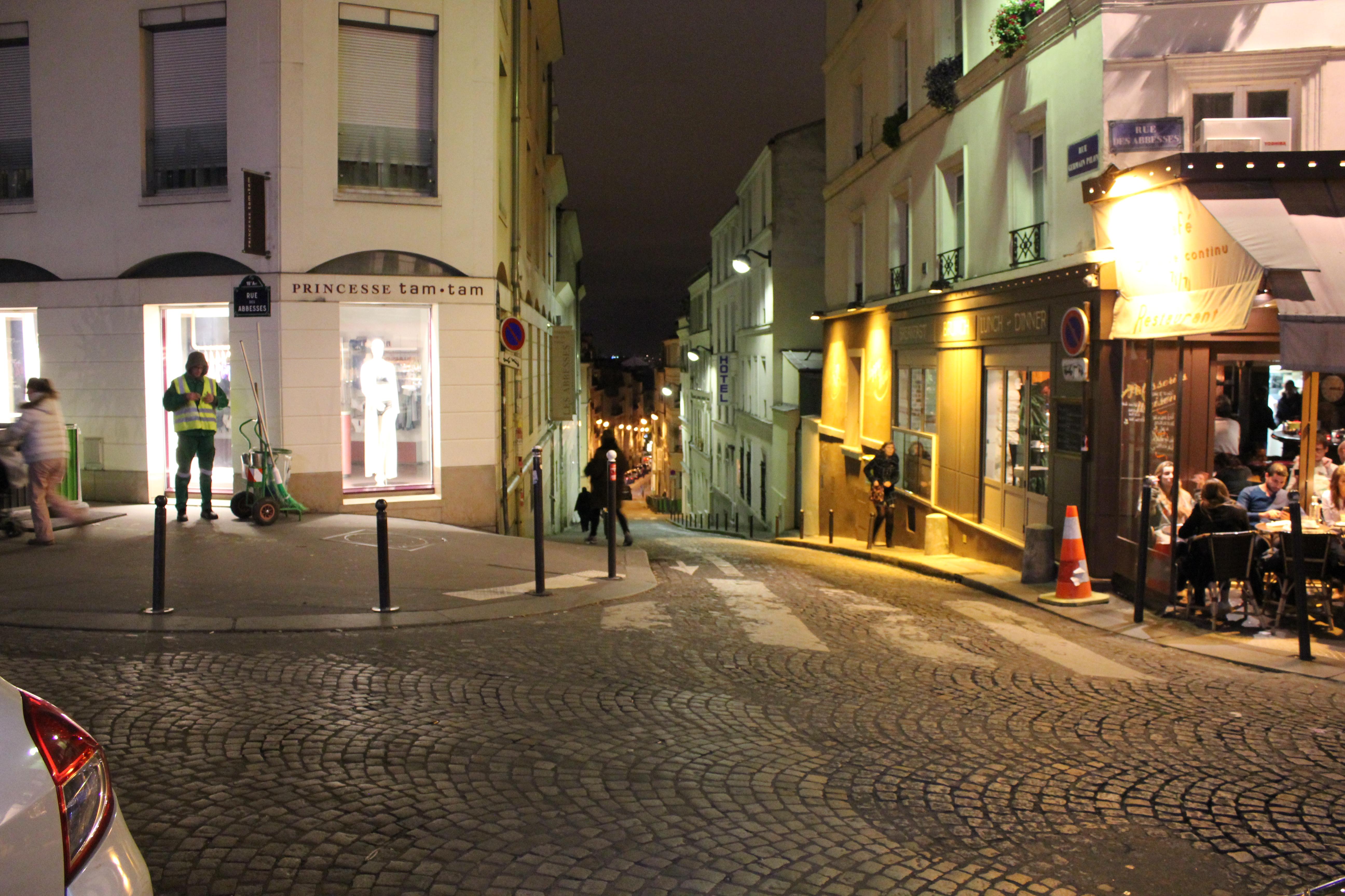 Strsaßenszene-Paris-in-der-Nacht