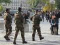 Schwer bewaffnete Polizei patrouilliert in Paris: Ist ohne sie Sicherheit nicht mehr zu gewaehrleisten? © Karin Lachmann