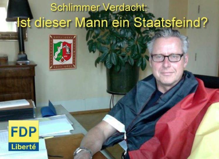 Hasso Mansfeld in die deutsche Flagge gehüllt. Auch dieses Foto stammt von der Seite FDP-Liberté