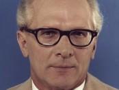 Erich Honecker / Quelle: Bundesarchiv, Bild 183-R1220-401 / Unknown / CC-BY-SA 3.0 [CC BY-SA 3.0 de (http://creativecommons.org/licenses/by-sa/3.0/de/deed.en)], via Wikimedia Commons; https://upload.wikimedia.org/wikipedia/commons/2/2f/Bundesarchiv_Bild_183-R1220-401%2C_Erich_Honecker.jpg
