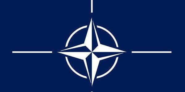 Nato-Symbol / Quelle: By Current file: Found by 475847394d347339 in websites noted in the source section. Previous file: Vectorized by Mysid and uploaded to Flag of NATO.svg Code cleaned up by Artem Karimov. [Public domain], via Wikimedia Commons
