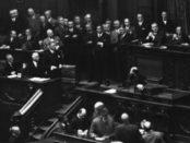 Reichstagssitzung am 12. September 1932: An seinem Platz stehend Reichskanzler Papen, der den Auflösungsbeschluss verkünden will, oben rechts stehend blickt Reichstagspräsident Hermann Göring in die andere Richtung / Bundesarchiv, N 1310 Bild-048 / CC-BY-SA 3.0 [CC BY-SA 3.0 de (http://creativecommons.org/licenses/by-sa/3.0/de/deed.en)], via Wikimedia Commons; https://commons.wikimedia.org/wiki/File%3ABundesarchiv_N_1310_Bild-048%2C_Berlin%2C_Reichstagssitzung.jpg