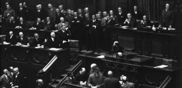 Reichstagssitzung am 12. September 1932: An seinem Platz stehend Reichskanzler Papen, der den Auflösungsbeschluss verkünden will, oben rechts stehend blickt Reichstagspräsident Hermann Göring in die andere Richtung / Bundesarchiv, N 1310 Bild-048 / CC-BY-SA 3.0 [CC BY-SA 3.0 de (http://creativecommons.org/licenses/by-sa/3.0/de/deed.en)], via Wikimedia Commons; https://commons.wikimedia.org/wiki/File%3ABundesarchiv_N_1310_Bild-048%2C_Berlin%2C_Reichstagssitzung.jpg
