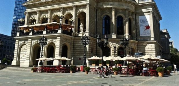 Oper in Frankfurt (ohne Poller) / Quelle: Pixabay, lizenzfreie Bilder, open library: https://pixabay.com/de/alte-oper-denkmal-frankfurt-165928/