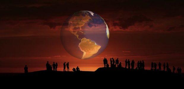 Menschen, Globalisierung und Heimat / Quelle: Pixabay, lizenezfreie Bilder, open library: https://pixabay.com/de/menschengruppe-erde-globus-menschen-3725243/