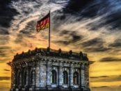 Deutsche Fahne auf dem Reichstag / Quelle: Pixabay, lizenzfreie Bilder, open library: Felix Mittermayer, https://pixabay.com/de/bundestag-deutsche-fahne-reichstag-2463236/