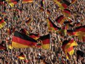 Deutschland / Quelle: Pixabay, lizenzfreie Bilder, open library: https://pixabay.com/de/menschenmenge-fu%C3%9Fball-deutschland-2140590/