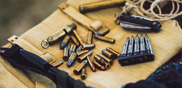 Waffen und Munition / Quelle: Pixabay, lizenezfreie Bilder, open library: https://pixabay.com/de/photos/kugeln-nahaufnahme-messer-4319745/