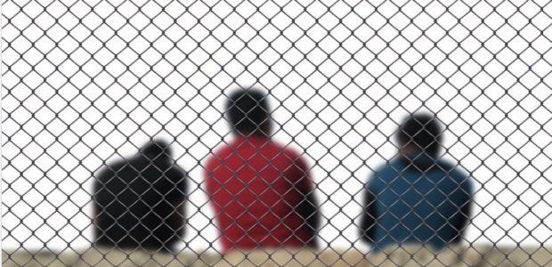 Migration, Fluechtlinge / Quelle: Pixabay, lizenezfreie Bilder, geralt, https://pixabay.com/de/photos/zaun-m%C3%A4nner-fl%C3%BCchtling-integration-3585348/