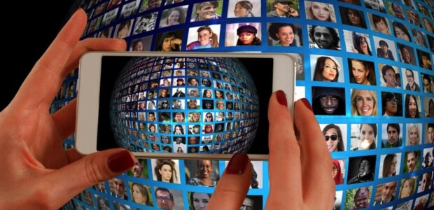 Soziale Medien / Quelle: Pixabay, lizenezfreie Bilder, open library: geralt https://pixabay.com/de/illustrations/smartphone-hand-fotomontage-1445489/