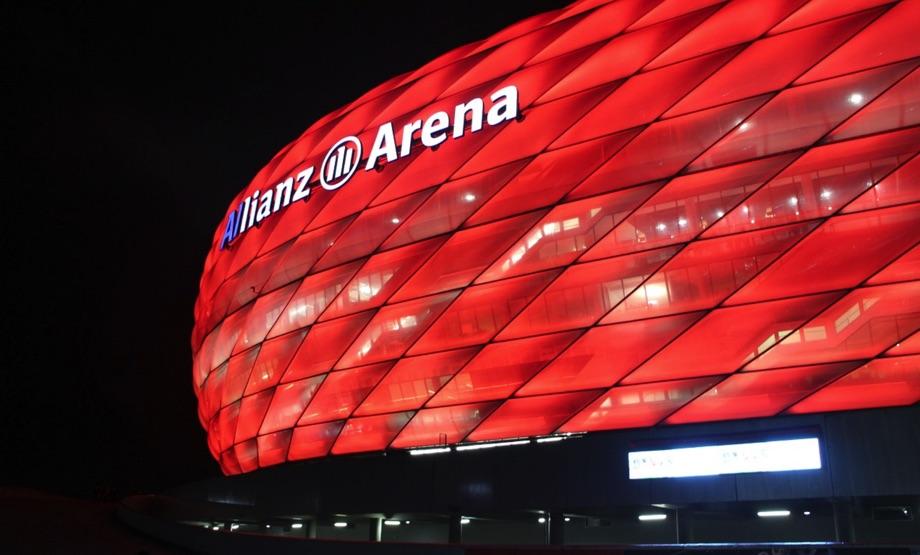 Fußball Allianz Arena, Qiuelle: Pixabay, lizenezfreie Bilder, open library, leeminjoon, https://pixabay.com/de/photos/arena-stadion-rot-allianz-1181668/