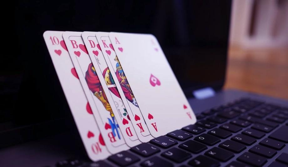 Online Poker / Quelle: Pixabay, lizenezfreie Bilder, open library, besteonlinecasinos, https://pixabay.com/de/photos/online-poker-poker-gl%C3%BCcksspiel-4518185/