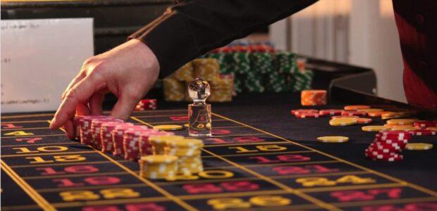 Gluecksspiel / Quelle: Pixabay, lizenezfreie Bilder, open library: whekevi, https://pixabay.com/de/photos/roulette-tisch-chips-kasino-spiel-2246562/