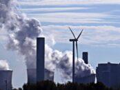 Kohlekraftwerk und Windkraftanlage / Quelle: Pixabay, lizenezfreie Bilder, open library: pixel2013, https://pixabay.com/de/photos/kohlekraftwerk-kohleenergie-windrand-3767893/