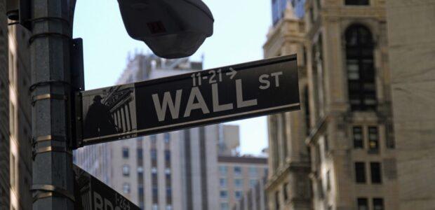 Wall Street / Quelle: Pixabay, lizenezfreie Bilder, open library: Monice Volpin, https://pixabay.com/de/photos/b%C3%B6rse-wall-street-gesch%C3%A4ft-lager-1376107/