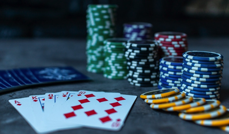 Poker / Quelle: Pixabay, linzenzfreie Bilder, open library: https://pixabay.com/de/photos/poker-pokerchips-karten-spiel-3956037/