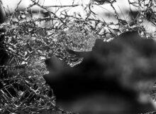 Gewalt Pluenderungen / Quelle: Pixabay, lizenzfreie Bilder, open library: https://pixabay.com/de/photos/glas-shattered-fenster-zerst%C3%B6rung-984457/