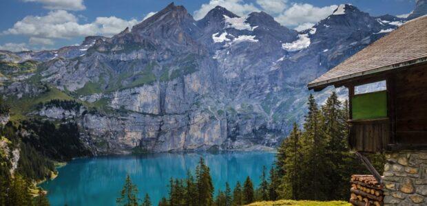 Schweiz Ostchiensee / Quelle: Pixabay, lizenzfreie Bilder, open library, TeeFarm; https://pixabay.com/de/photos/h%C3%BCtte-oeschinensee-bergsee-see-1681485/