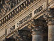 Inschrift am Reichstag / Bundestag / Die deutsche Nation Quelle: Pixabay, lizenzfreie Bilder, open library; Kamyq: https://pixabay.com/de/photos/berlin-der-bundestag-denkmal-680198/