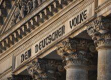 Demokratie / Inschrift am Reichstag / Bundestag / Die deutsche Nation Quelle: Pixabay, lizenzfreie Bilder, open library; Kamyq: https://pixabay.com/de/photos/berlin-der-bundestag-denkmal-680198/