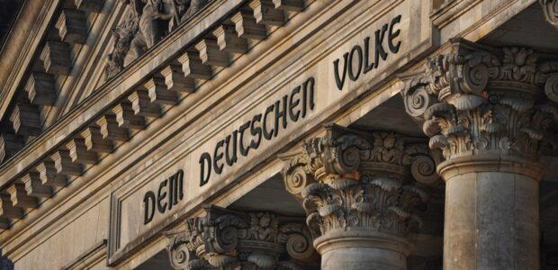 Inschrift am Reichstag / Die deutsche Nation Quelle: Pixabay, lizenzfreie Bilder, open library; Kamyq: https://pixabay.com/de/photos/berlin-der-bundestag-denkmal-680198/