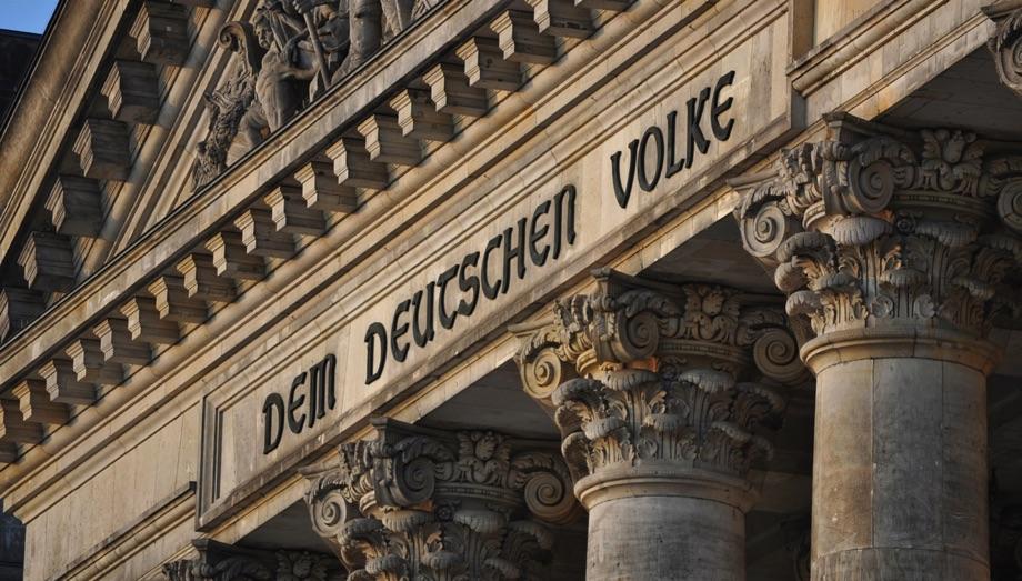 Inschrift am Reichstag / Quelle: Pixabay, lizenzfreie Bilder, open library; Kamyq: https://pixabay.com/de/photos/berlin-der-bundestag-denkmal-680198/