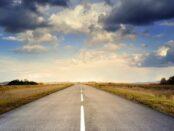 Wohin geht die Reise? / Quelle: Pixabay, lizenzfreie Bilder, open library; Straße, Larisa-K / https://pixabay.com/de/photos/stra%C3%9Fe-asphalt-himmel-wolken-220058/