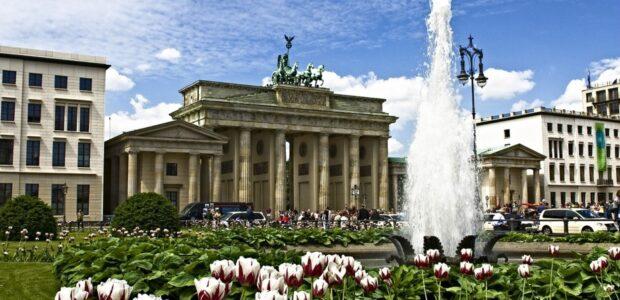 Brandenburger Tor im Sommer / Quelle: Pixabay, lizenzfreie Bilder, open library: noxoss; https://pixabay.com/de/photos/berlin-brandenburger-tor-sommer-2912622/