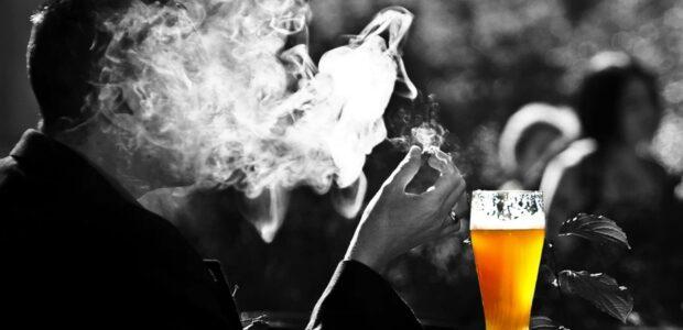 Sucht, Zigaretten, Alkohol / Qulle: Pixabay, lizenezfreie Bilder, open library: https://pixabay.com/de/photos/mann-rauch-bier-weizen-rauchen-2181478/
