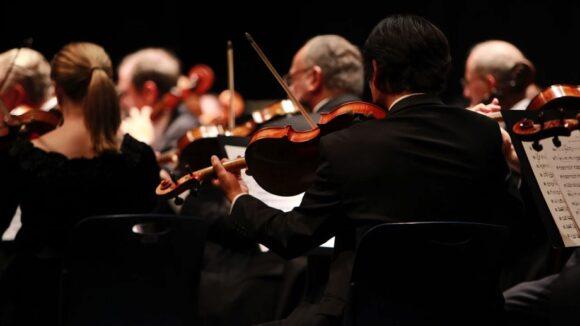 Orchester / Quelle: Pixabay, lizenzfreie Bilder, open library: YannaZazu https://pixabay.com/de/photos/orchester-symphonie-b%C3%BChne-2098877/