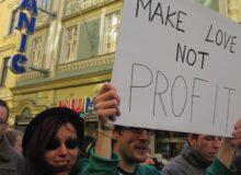 Profit / Quelle: Pixabay, lizenzfreie Bilder, open library: andreame; https://pixabay.com/de/photos/liebe-demonstration-profit-protest-2768688/