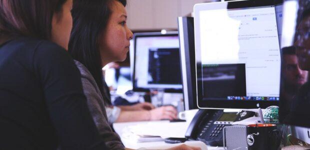 Computer/Me / Quelle: Pixabay, lizenzfreie Bilder, open library: StartupStockPhotos ;https://pixabay.com/de/photos/start-gesch%C3%A4ft-menschen-studenten-849805/