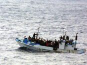 Migranten / Quelle: Pixabay, lizenezfreie Bilder, open librarty: geralt; https://pixabay.com/de/photos/boot-wasser-fl%C3%BCchtling-flucht-asyl-998966/