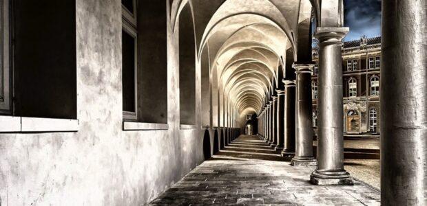 Kirche Kloster Dresden / Quelle: Pixabay, lizenzfreie Bilder, open library; Tama66: https://pixabay.com/photos/cloister-monastery-courtyard-2041063/