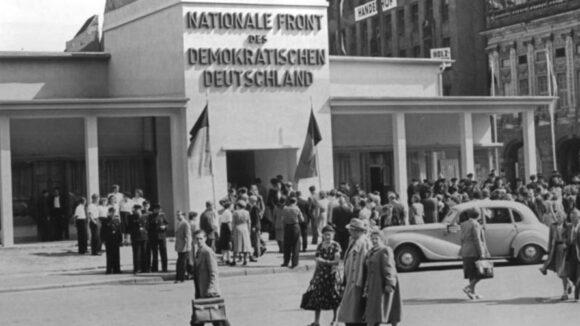 Merkels nationale Front / Pavillon der nationalen Front auf der Leipziper Herbstmesse 1953 / Quelle: Bundesarchiv, Bild 183-21044-0131 / CC-BY-SA 3.0, CC BY-SA 3.0 DE , via Wikimedia Commons