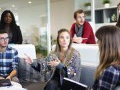 Mitarbeiter, Arbeitsplatz, Team / Quelle: Pixabay, lizenzfreie Bilder, open library; Free-Photos: https://pixabay.com/de/photos/arbeitsplatz-team-gesch%C3%A4ftstreffen-1245776/