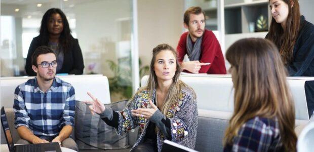 Start-ups / Mitarbeiter, Arbeitsplatz, Team / Quelle: Pixabay, lizenzfreie Bilder, open library; Free-Photos: https://pixabay.com/de/photos/arbeitsplatz-team-gesch%C3%A4ftstreffen-1245776/
