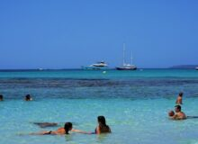 Urlaubsreisen / Mallorca / Quelle: Pixabay, lizenzffreie Bilder, open library: webandi; https://pixabay.com/de/photos/mallorca-urlaub-strand-wasser-meer-4933954/
