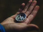Magnetismus / Quelle: Pixabay, lizenzfreie Bilder, open library: dima_goroziya;https://pixabay.com/de/photos/kompass-hand-reisen-richtung-1753659/