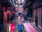 China – Straße in Guangzhou /( Quelle: Pixabay, lizenzfreie Bilder, open library: philippsaal; https://pixabay.com/de/photos/guangzhou-china-weg-neon-geb%C3%A4ude-4263768/