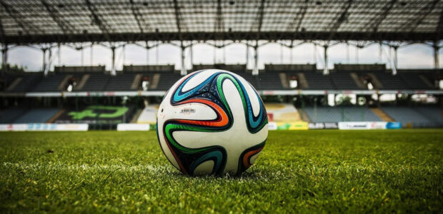 Fussball / Quelle: Pixaby, lizenzfreie Bilder, open library; jarmoluk: https://pixabay.com/de/photos/fu%C3%9Fball-kugel-stadion-feld-488700/