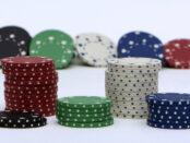 Online Casino Jetons / Quelle: Pixabay, lizenzfreie Bilder, open library: anncapictures; https://pixabay.com/de/photos/chips-jetons-spielen-poker-casino-2038348/