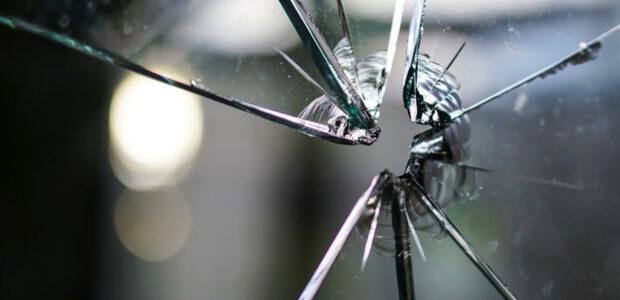 Sicherheitsmaßnahmen / Bild von Kira Hoffmann / Quelle: Pixabay, lizenzfreie Bilder, open library: kirahoffmann; https://pixabay.com/de/photos/glasscheibe-glas-kaputt-1497227/
