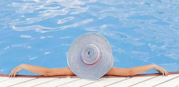 Abkuehlung, Erfrischung im Pool / Quelle: Pixabay, lizenzfreie Bilder, open library: Free-Photos; https://pixabay.com/de/photos/frau-schwimmbad-baden-entspannend-690034/