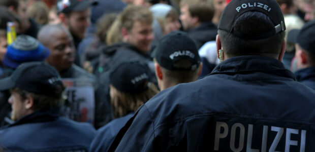 Polizei / Corona-Skeptiker / Quelle: Pixabay, lizenzfreie Bilder, open library; FSHH; https://pixabay.com/de/photos/mann-person-mensch-polizei-2460186/